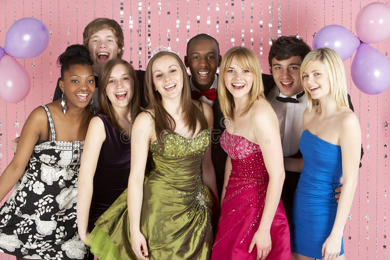 Grupo de amigos adolescentes vestidos para o baile de finalistas imagens de stock
