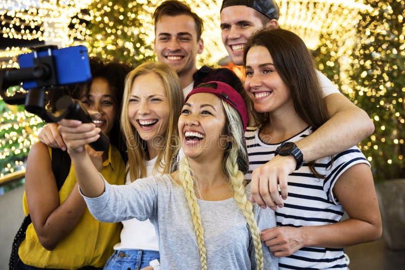 Grupo de amigos adultos jovenes que toman un selfie del grupo con un selfie imágenes de archivo libres de regalías