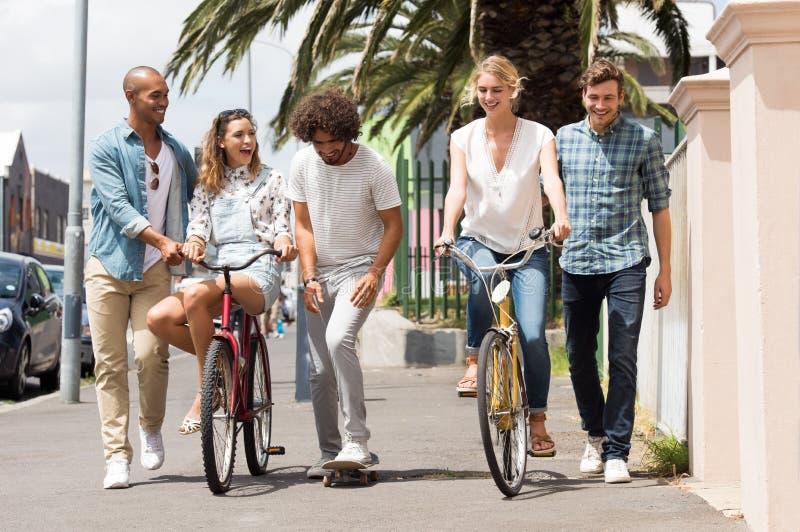 Grupo de amigos al aire libre foto de archivo