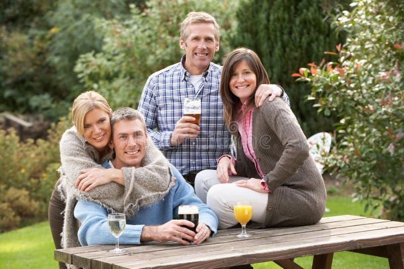 Grupo de amigos al aire libre que disfrutan de la bebida en Pub imágenes de archivo libres de regalías