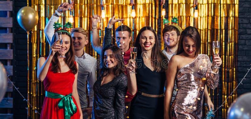 Grupo de amigos celebrando Año Nuevo, fiesta de Navidad fotos de archivo libres de regalías