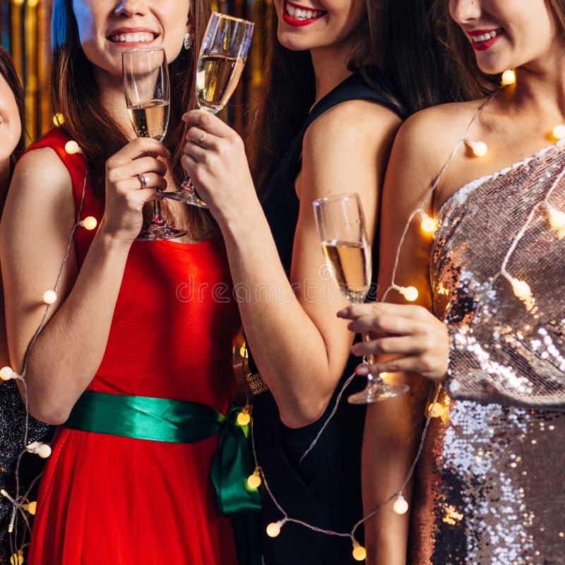 Grupo de amigos celebrando, fiesta de Navidad, Año Nuevo foto de archivo