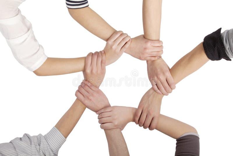 Grupo de amigos chineses com mãos no círculo imagem de stock