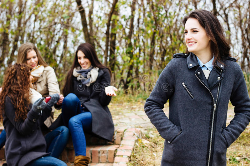 Grupo de amigos con un smartphone fotografía de archivo