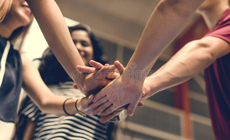 Grupo de amigos del adolescente en un concepto del trabajo en equipo y de la unidad de la cancha de básquet fotos de archivo