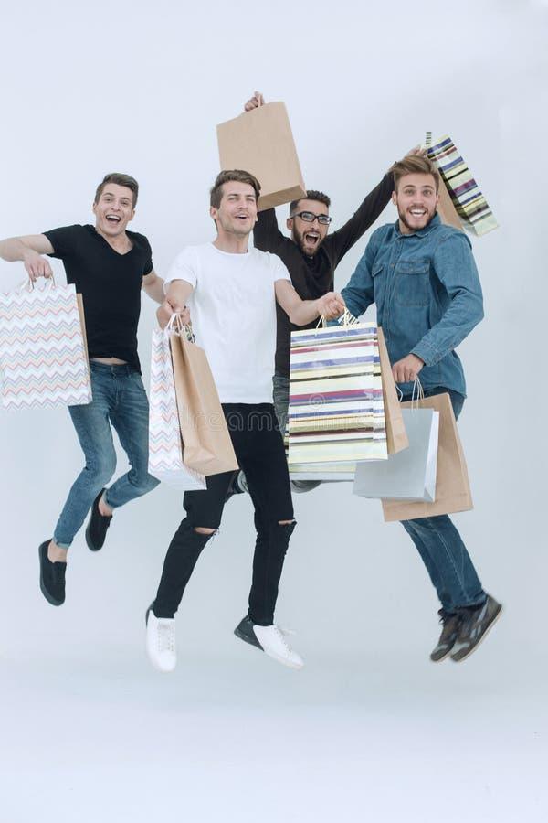 Grupo de amigos del baile con compras imagen de archivo