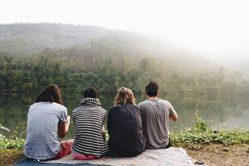 Grupo de amigos diversos que apreciam a natureza fotografia de stock