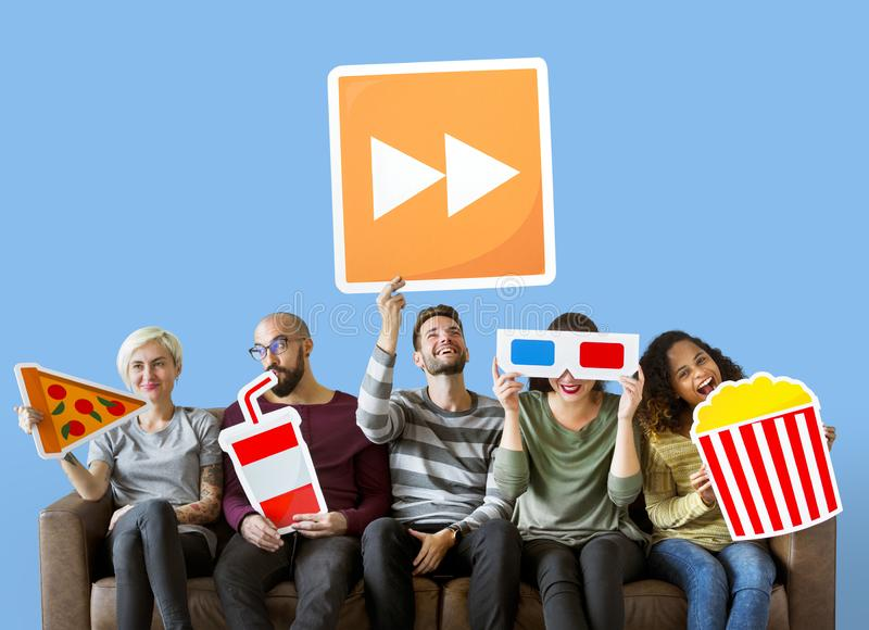 Grupo de amigos diversos que guardam emoticons do filme imagem de stock
