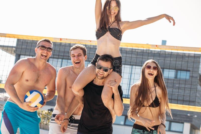 Grupo de amigos el las vacaciones que tienen raza del transporte por ferrocarril en la playa fotos de archivo libres de regalías
