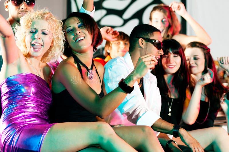 Grupo de amigos en club nocturno foto de archivo libre de regalías