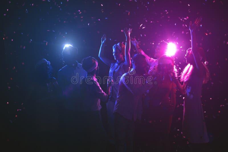 Grupo de amigos en la fiesta de Navidad en el club de noche imagen de archivo