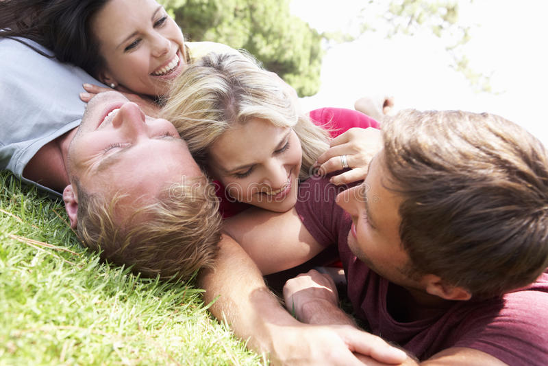 Grupo de amigos en parque junto imagen de archivo
