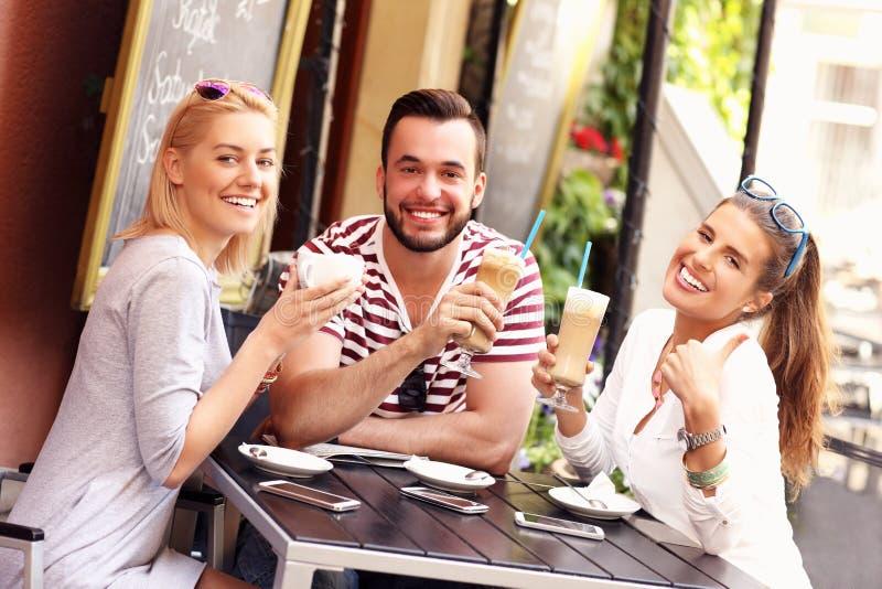 Grupo de amigos en un café fotos de archivo