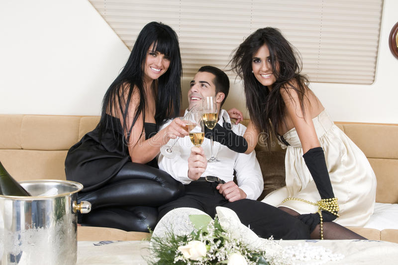 Grupo de amigos en un partido del Año Nuevo foto de archivo libre de regalías