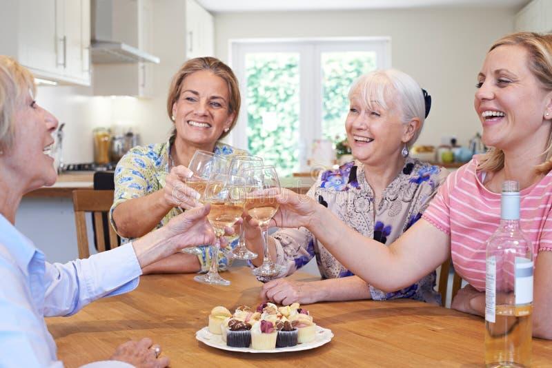 Grupo de amigos fêmeas envelhecidos diferentes que encontram-se em casa imagem de stock royalty free
