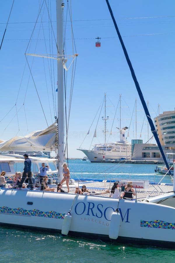Grupo de amigos fêmeas que têm o divertimento em um veleiro no porto Vell em um dia ensolarado Barcelona, Espanha - 2 de maio de  fotos de stock royalty free