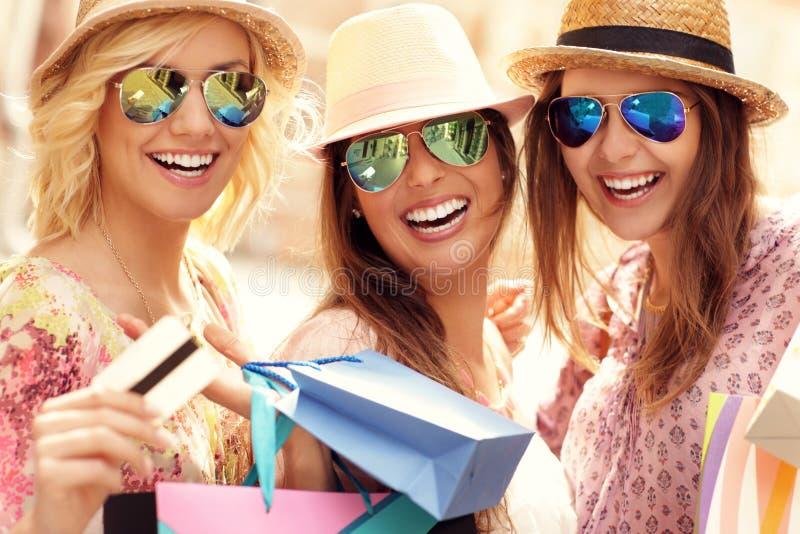 Grupo de amigos felices que hacen compras en la ciudad fotografía de archivo libre de regalías