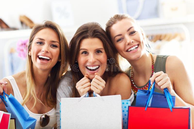 Grupo de amigos felices que hacen compras en tienda imágenes de archivo libres de regalías