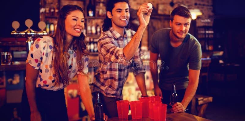 Grupo de amigos felices que juegan al juego imagenes de archivo