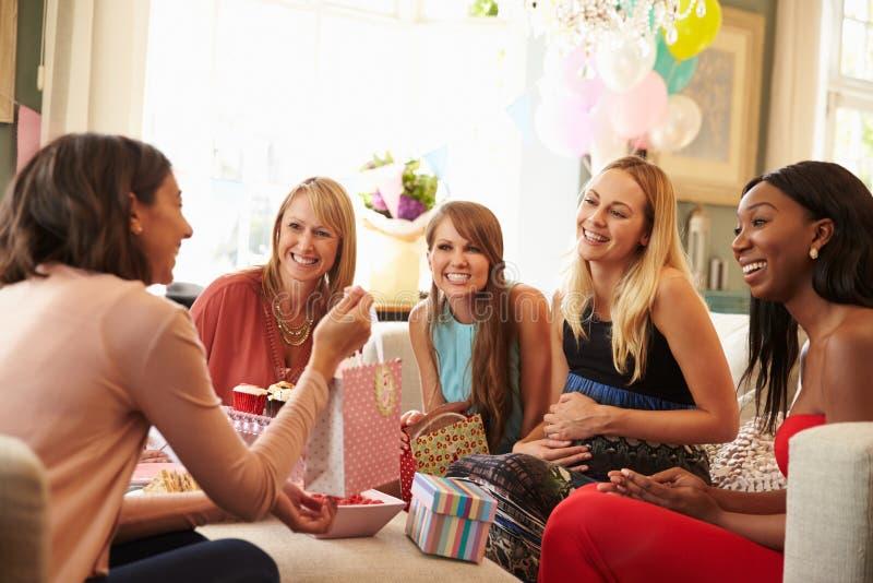 Grupo de amigos femeninos que se encuentran para la fiesta de bienvenida al bebé en casa fotografía de archivo libre de regalías