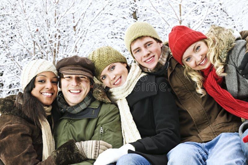 Grupo de amigos fora no inverno imagens de stock
