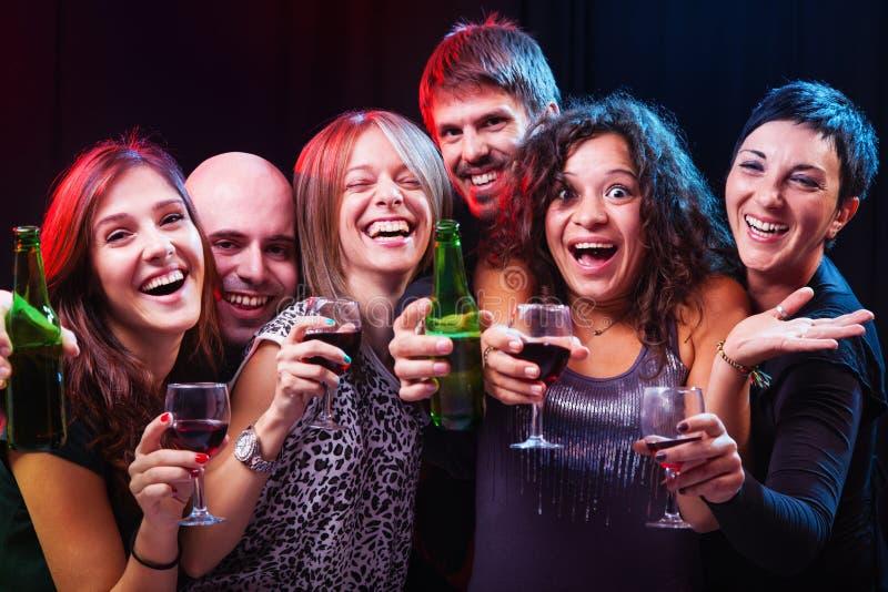Grupo de amigos jovenes hermosos en el club del disco. imagenes de archivo