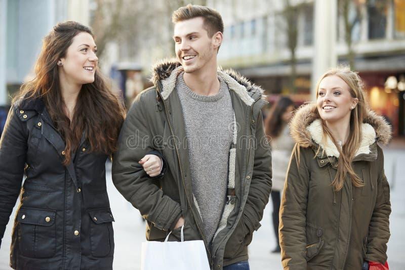 Grupo de amigos jovenes que hacen compras al aire libre junto foto de archivo libre de regalías