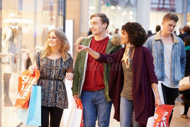 Grupo de amigos jovenes que hacen compras en alameda junto imagen de archivo libre de regalías