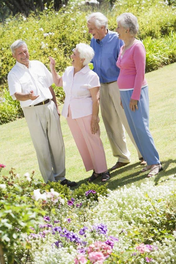 Grupo de amigos mayores en jardín