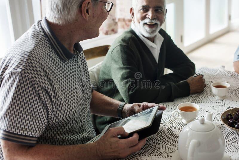 Grupo de amigos mayores que cuelgan hacia fuera junto foto de archivo libre de regalías