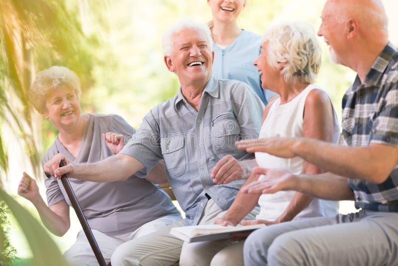 Grupo de amigos mayores sonrientes imagen de archivo libre de regalías