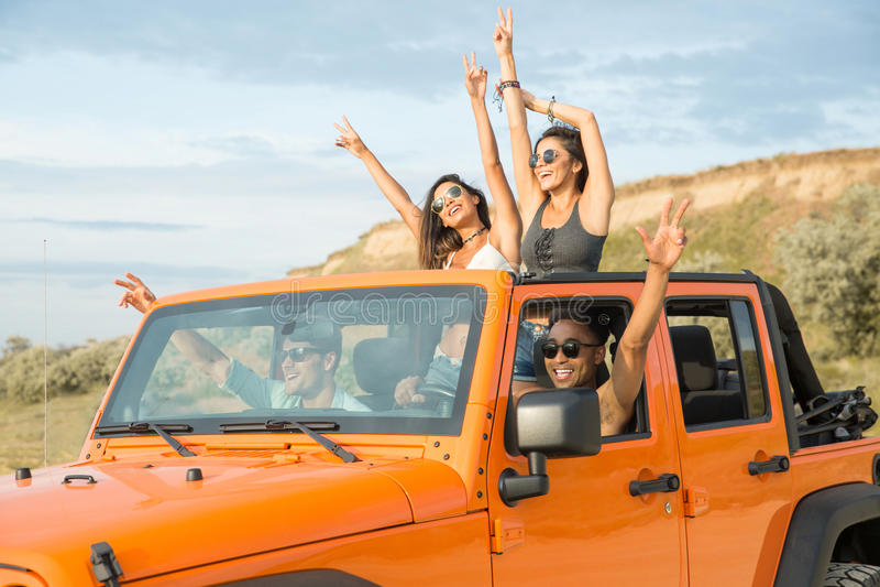 Grupo de amigos multiétnicos felices que se divierten imagen de archivo libre de regalías