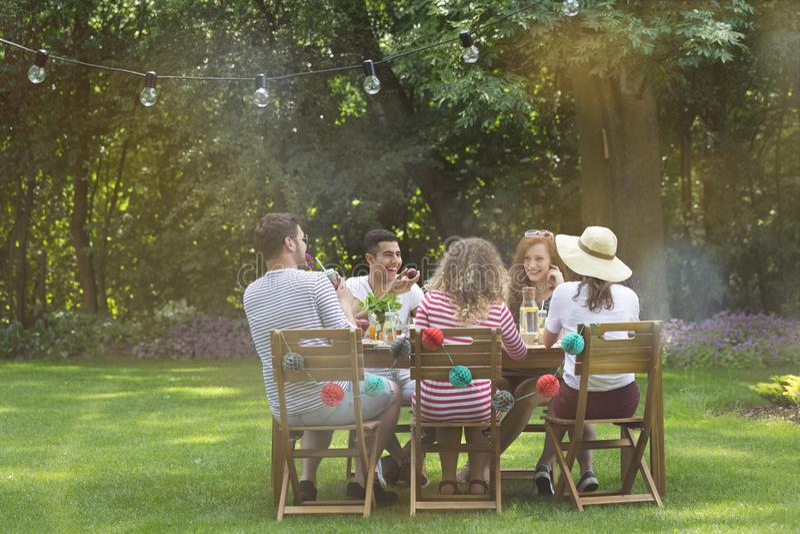 Grupo de amigos multiculturales que se divierten durante fiesta de cumpleaños foto de archivo libre de regalías