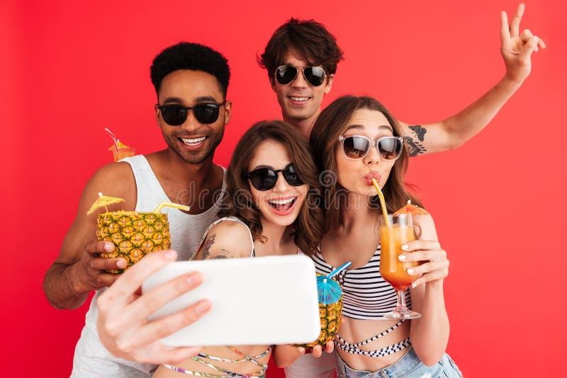 Grupo de amigos multirraciales jovenes felices foto de archivo libre de regalías