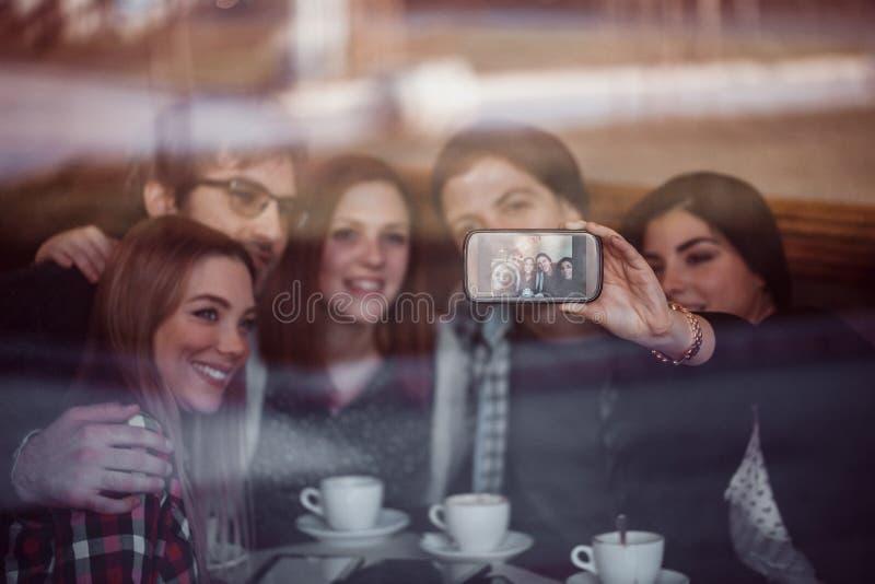 Grupo de amigos no café que toma Selfie imagens de stock royalty free