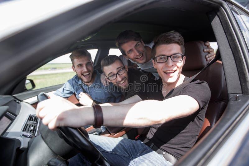 Grupo de amigos no carro na viagem por estrada junto fotografia de stock royalty free