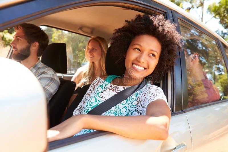 Grupo de amigos no carro na viagem por estrada junto foto de stock
