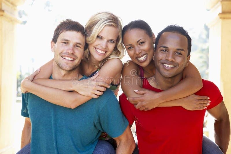 Grupo de amigos novos que têm o divertimento junto foto de stock royalty free