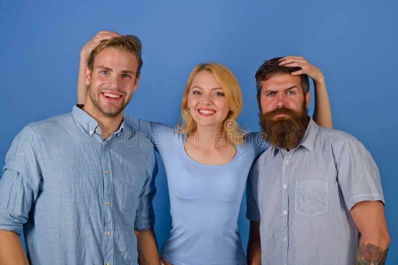 Grupo de amigos o grupo de empleados Personas del asunto Equipo joven en el fondo azul aislado lanzamiento imagenes de archivo
