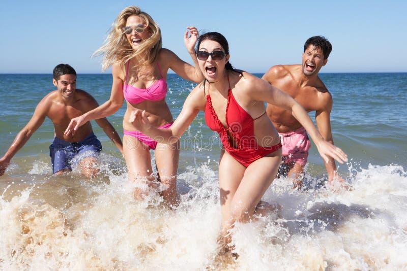 Grupo de amigos que apreciam o feriado da praia fotografia de stock