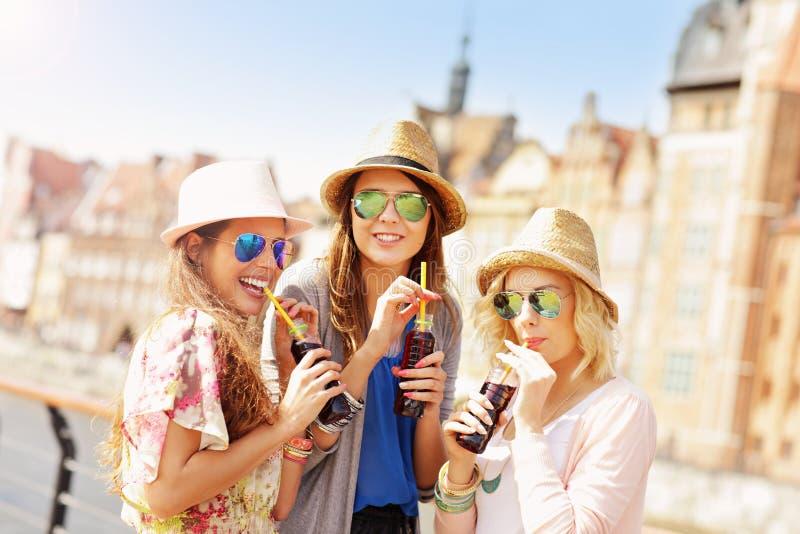 Grupo de amigos que bebem cocktail na cidade foto de stock