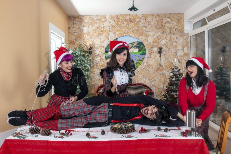 Grupo de amigos que celebran alcohol de la Navidad foto de archivo libre de regalías