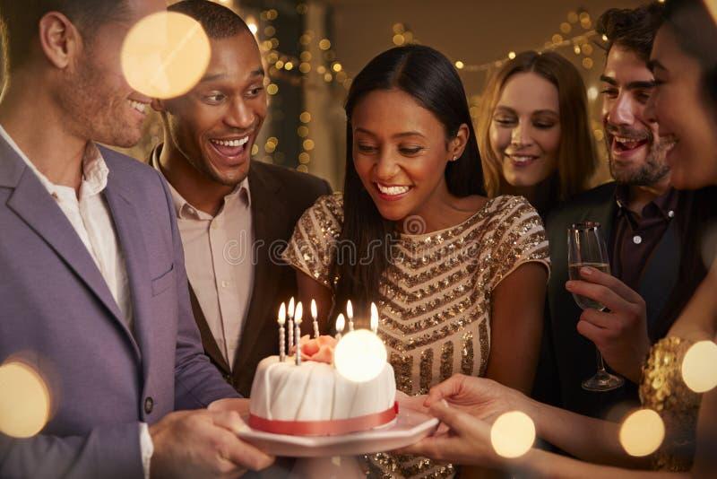 Grupo de amigos que celebran cumpleaños con el partido en casa foto de archivo