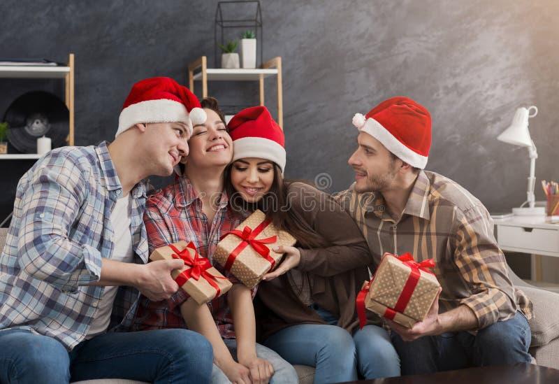 Grupo de amigos que celebran la Navidad en casa foto de archivo libre de regalías