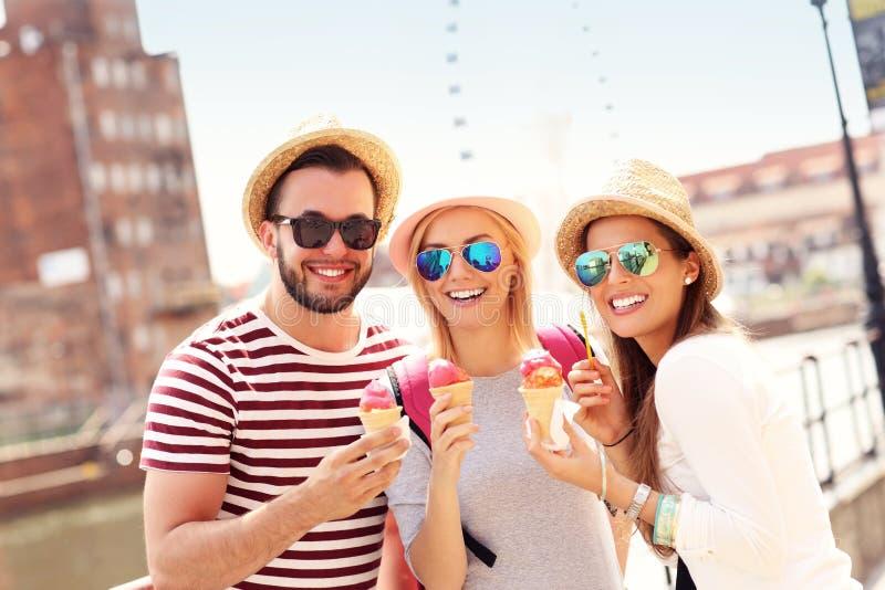 Grupo de amigos que comem o gelado em Gdansk foto de stock royalty free
