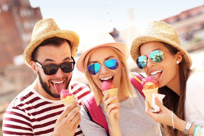 Grupo de amigos que comem o gelado em Gdansk fotografia de stock royalty free