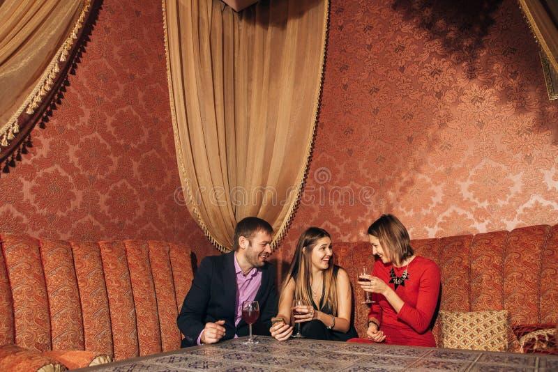 Grupo de amigos que descansam no restaurante foto de stock royalty free