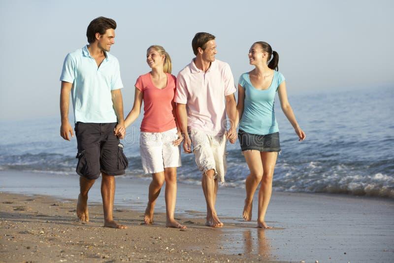 Grupo de amigos que disfrutan de día de fiesta de la playa foto de archivo
