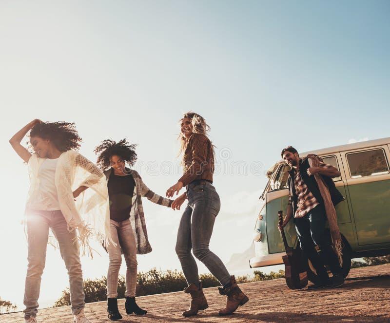 Grupo de amigos que disfrutan de vacaciones al aire libre foto de archivo libre de regalías