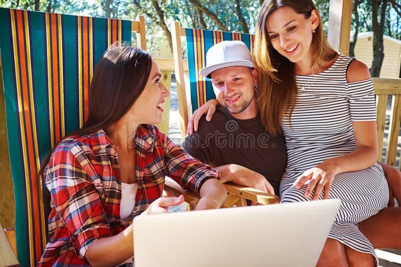 Grupo de amigos que estão passando o tempo junto durante as férias fotografia de stock royalty free